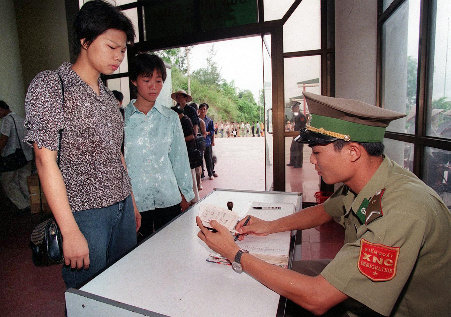 Biên phòng Việt Nam kiểm tra giấy tờ du khách và thương gia Trung Quốc tại một cửa khẩu Việt Nam. Ảnh chụp ngày 24/06/1999.