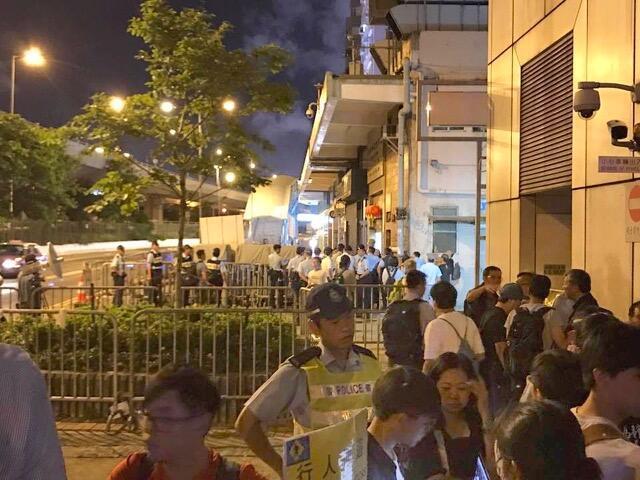 支联会13日晚上听到刘晓波的噩耗之后,在中联办门前举行追思会,市民深夜前往时,遭到警方诸多刁难。(支联会 facebook图片)