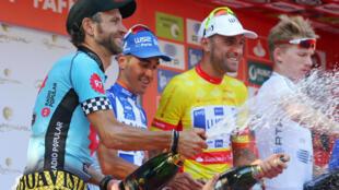 Rui Sousa (esquerda), vencedor da etapa, e Raúl Alarcón (centro), com a camisola amarela, partilharam o pódio na sexta etapa.