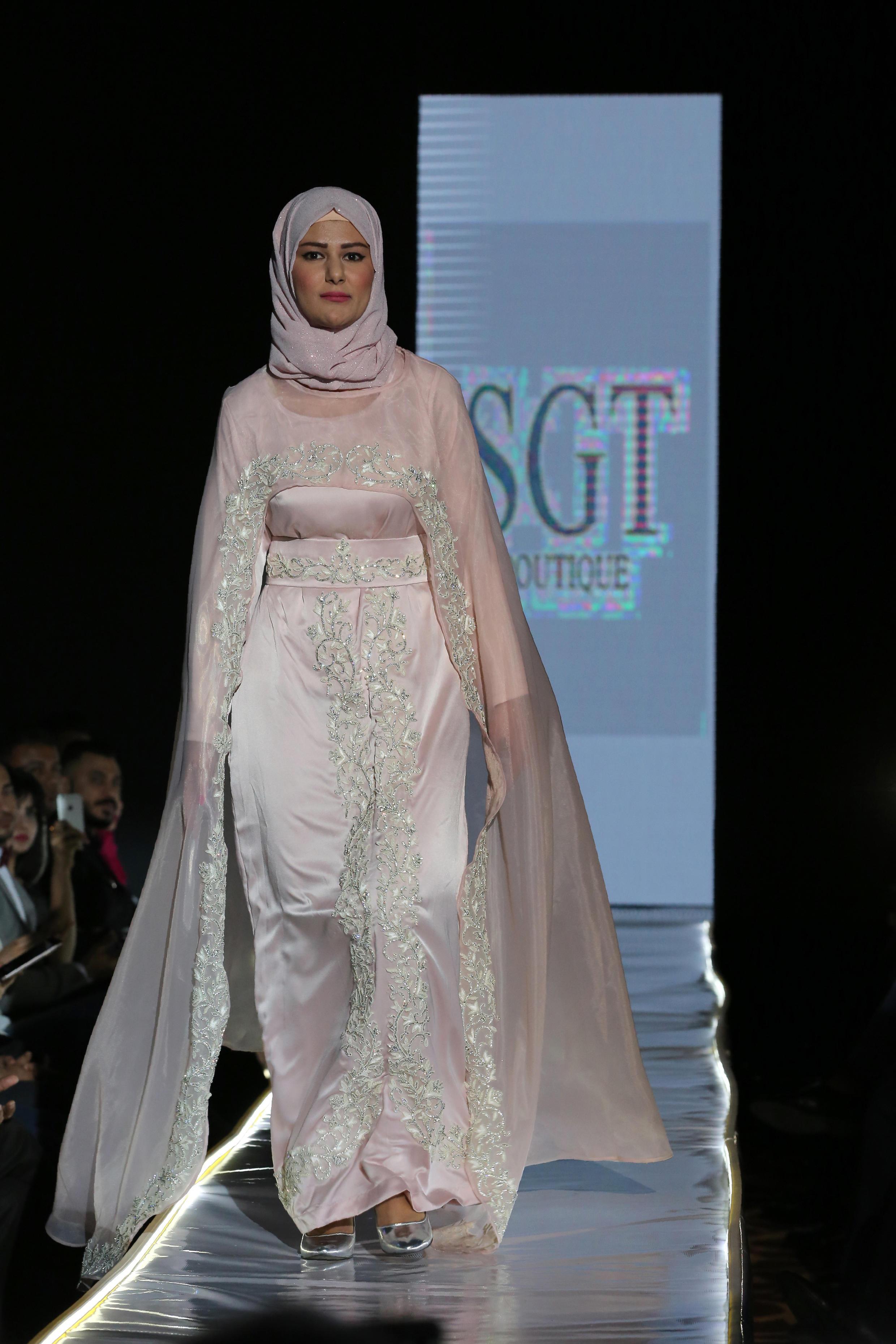 Desfile de roupas islâmicas, uma escolha que provoca polêmica na Europa.