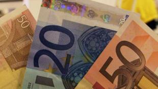 Des économistes recommandent de distribuer de l'argent aux ménages pour relancer la consommation.
