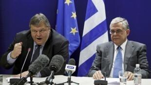 """سمت راست """"لوکاس پاپادمس"""" نخست وزیر و سمت چپ وزیر دارایی یونان در یک کنفرانس مطبوعاتی دربروکسل"""