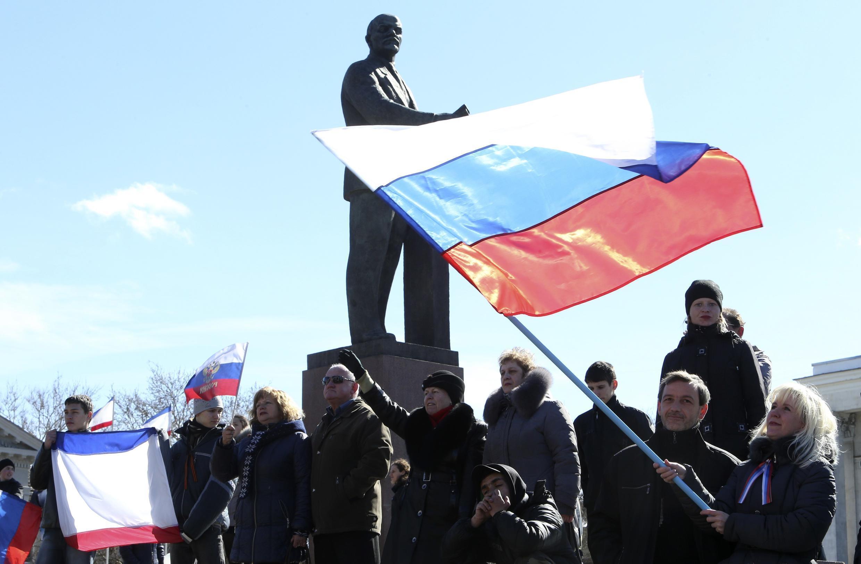 Những người ủng hộ sáp nhập với Nga biểu tình ở quảng trường Lê Nin, Simféropol, Crimée, 17/03/2014