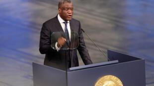 Le lauréat du Prix Nobel de la Paix 2018, le docteur Denis Mukwege, lors de son discours lors de la cérémonie de remise du prix Nobel à l'Hôtel de ville d'Oslo, le 10 décembre 2018.