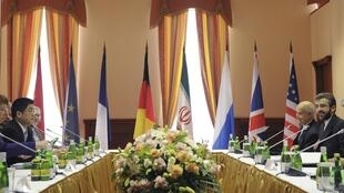 Representantes dos Estados Unidos, Rússia, França, Reino Unido, Alemanha e Irã durante reunião sobre programa nuclear iraniano em Moscou.