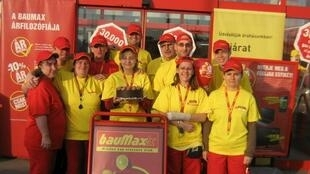 Empregados da bauMax comemoram aniversário de 20 anos da empresa, em 2011.
