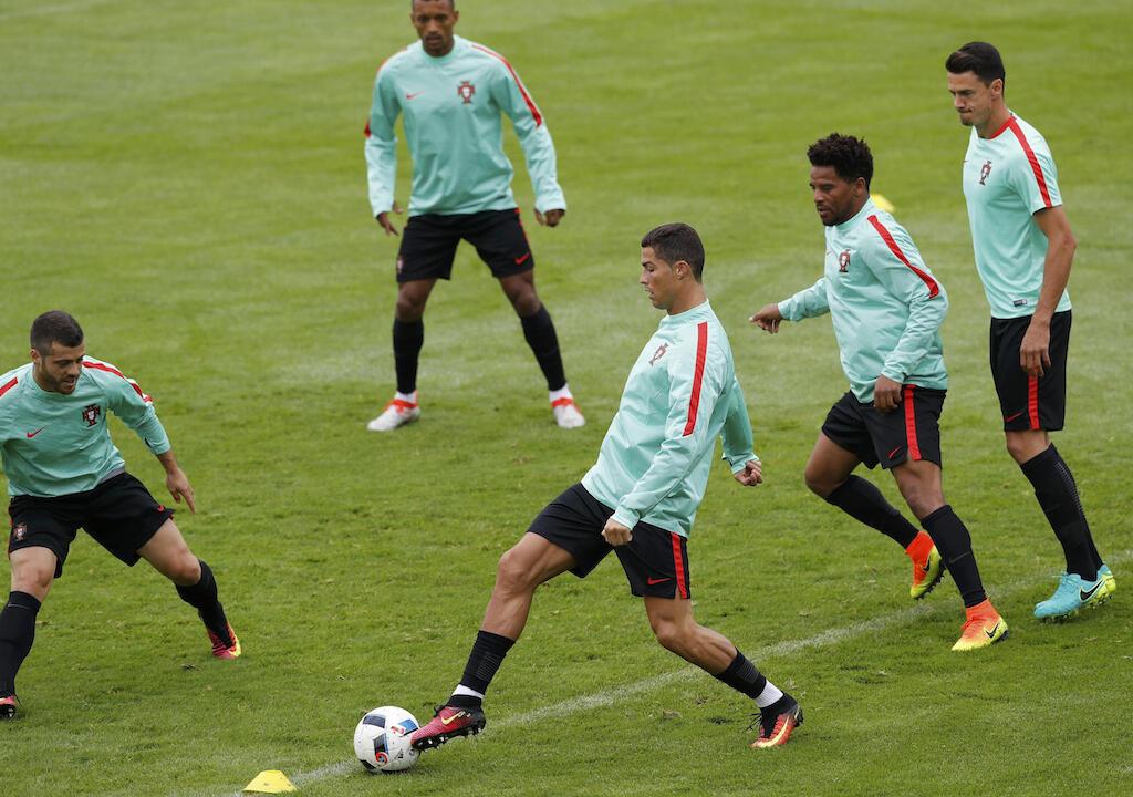 Mshambuliaji wa Ureno, Christian Ronaldo anayepiga mpira akiwa na wenzake mazoezini, Ureno inacheza na Hungary.