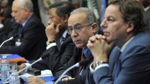 Le commissaire à la paix et à la sécurité de l'UA Lamamra Ramtane (2e d) et le président de la Commission de l'UA, Jean Ping (3e d), lors du sommet d'Abidjan sur la crise malienne, le 7 juin 2012.