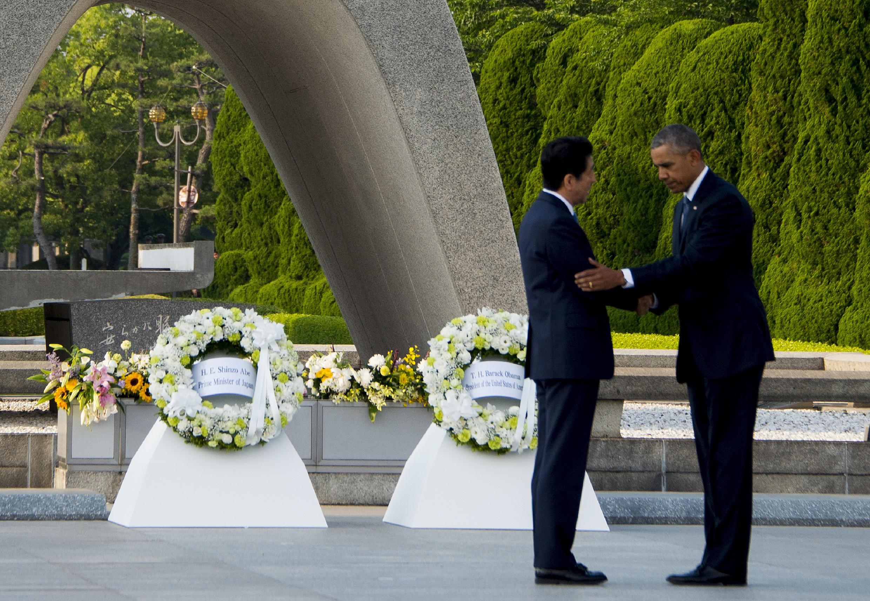 Президент США Барак Обама и премьер-министр Японии Синдзо Абэ у мемориала в Хиросиме, 27 мая 2016.