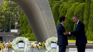 Presidente dos EUA, Barack Obama (direita) e primeiro-ministro japonês, Shinzo Abe, depositam coroas de flores no Memorial da Paz em Hiroshima.  27 de maio de 2016.