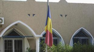 IMAGE Un drapeau tchadien en berne devant un bâtiment de Ndjamena.