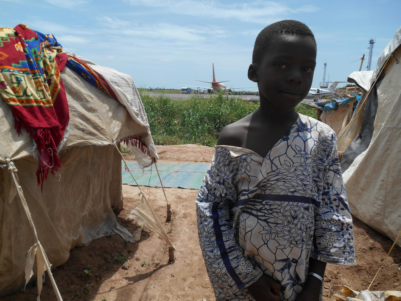 Selon les humanitaires, près de 20 000 déplacés du camp de Mpoko vont devoir être éloignés des pistes avec le projet logistique de la Minusca.