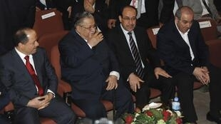 De droite à gauche : Iyad Allaoui, chef de la coalition Iraqiya, le Premier ministre irakien Nouri al-Maliki, le président irakien Jalal Talabani et son homologue kurde Massoud Barzani, au Parlement à Bagdad, le 11 novembre 2010.
