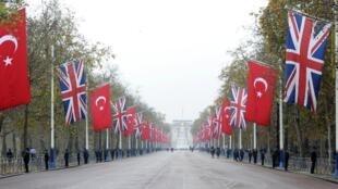 Drapeau de la Turquie devant le Buckingham Palace