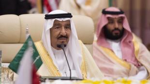 Le roi Salmane d'Arabie saoudite en compagnie de son fils et nouveau dauphin, Mohammed ben Salmane.