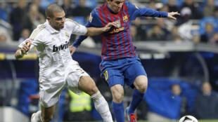 Messi rike da kwallo a kafar shi Pepe na Madrid na biye da shi.