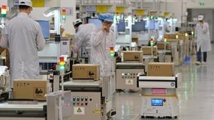 Một dây chuyền sản xuất điện thoại di động của Hoa Vi tại Đông Hoản, Trung Quốc ngày 25/03/2019.