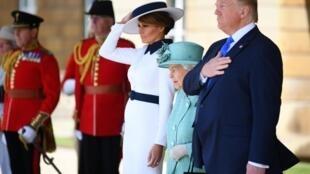 O presidente americano Donald Trump e a primeira-dama Melania Trump durante um cerimonial no palácio de Buckingham.