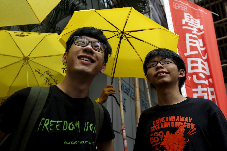 Hai lãnh đạo trẻ trong phong trào đòi dân chủ ở Hồng Kông : Hoàng Chi Phong - Joshua Wong (P) và La Quán Thông - Nathan Law. Ảnh chụp bên ngoài trụ sở cảnh sát  Hồng Kông ngày 14/07/2015.