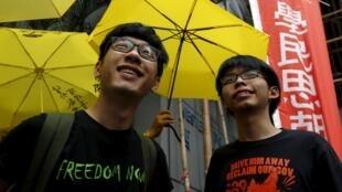 Hai lãnh đạo trẻ trong phong trào đòi dân chủ ở Hồng Kông : Hoàng Chi Phong -Joshua Wong (P) và La Quán Thông - Nathan Law. Ảnh chụp bên ngoài trụ sở cảnh sát  ngày 14/07/2015.