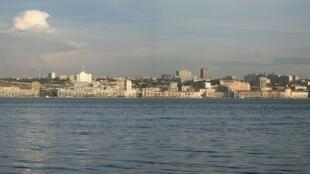 Luanda, capital angolana, vista do mar