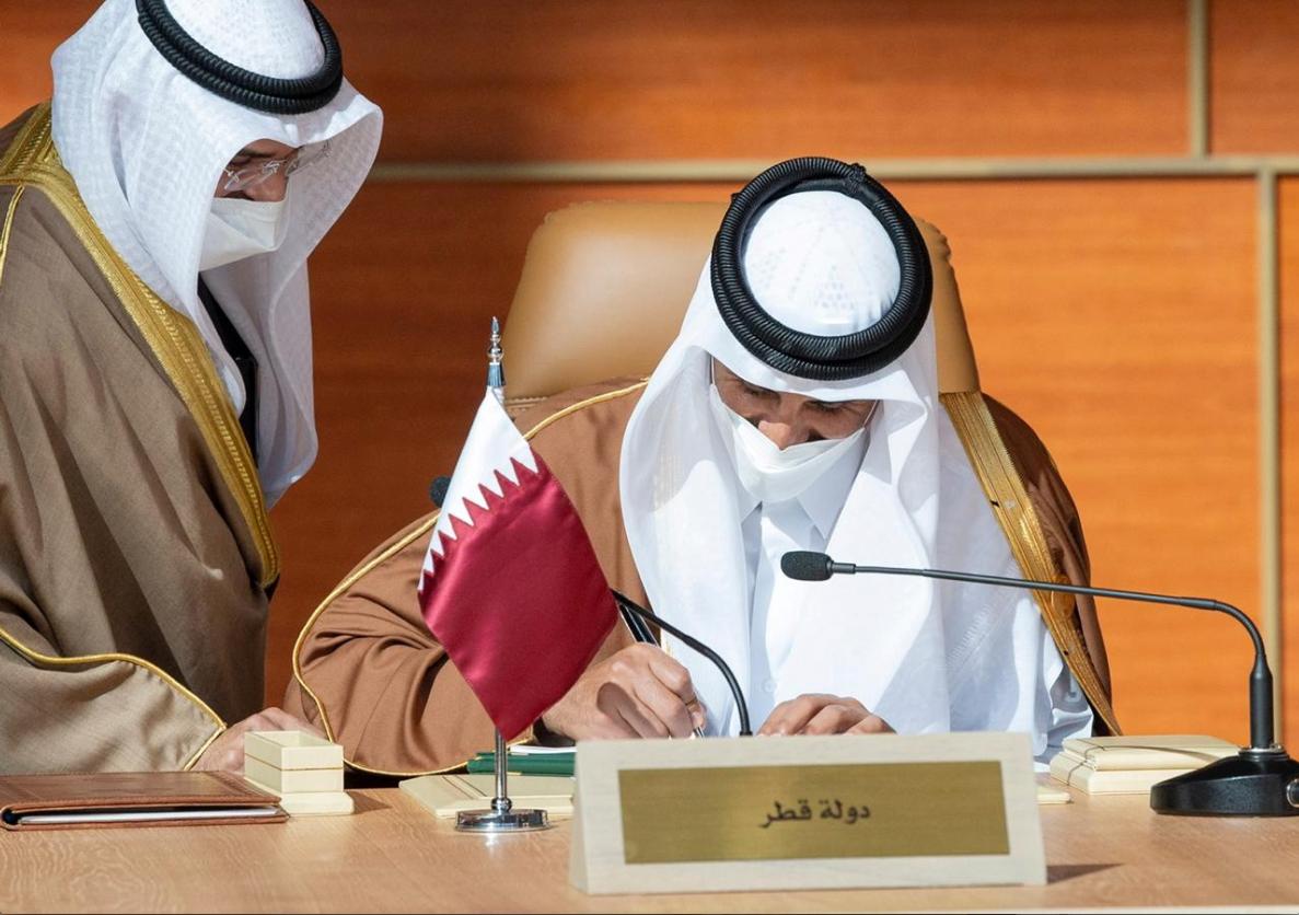 Lokacin da Sarkin Qatar Sheikh Tamim bin Hamad al-Thani ke sanya hannu kan yarjejeniyar hadin-kai da kasashen Larabawa a Saudiya.