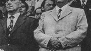 Pablo Neruda, à direita, durante um evento político no Estádio Nacional de Santiago, em 1972.