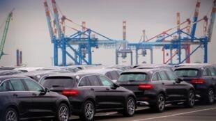 Des voitures Mercedes attendent d'être embarquées au port de Bremerhaven, en Allemagne (illustration).