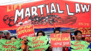 Biểu tình tại Manila chống thiết quân luật được ban hành tại miền nam Philippines.