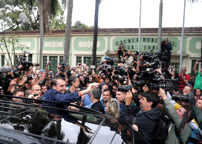 ژایر بالسونارو پس از شرکت در رأی گیری انتخابات