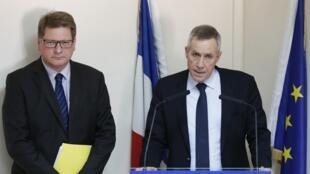 Le procureur de Paris François Molins (d) en conférence de presse, le 22 avril 2015.