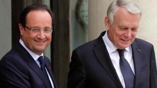 O presidente francês, François Hollande e o primeiro-ministro, Jean-Marc Ayrault no Palácio do Eliseu.