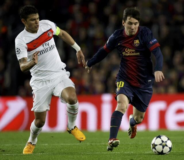 O atacante Lionel Messi( a direita) do Barcelona e o zagueiro brasileiro Thiago Silva do PSG