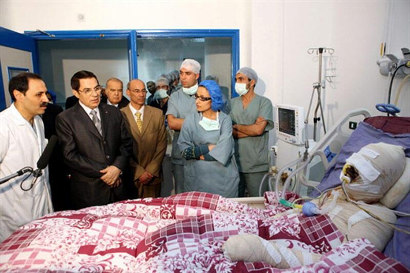 Le 28 décembre 2010, le président tunisien Zine el-Abidine Ben Ali (deuxième à partir de la gauche) avait rendu visite à Mohamed Bouazzizi, le vendeur de légumes qui s'est immolé, à l'hôpital Ben Arous, près de Tunis.