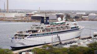 Le Freewinds amarré en quarantaine à Willemstad sur l'île de Curaçao, une entité néerlandaise dans les Caraïbes, le 4 mai 2019.