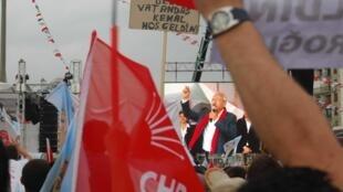 Kemal Kilicdaroglu, leader du parti d'opposition CHP, lors d'un meeting à Izmir, sur la côte ouest de la Turquie, le 28 mai