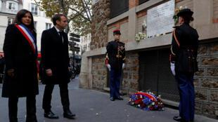 A prefeita de Paris Anne Hidalgo e o presidente Emmanuel Macron homenageando as vítimas dos atentados.
