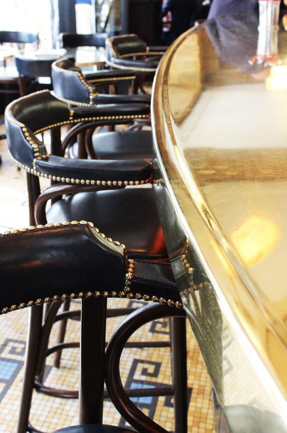 С 1920-х годов сохранились барная стойка и мозаичные столы