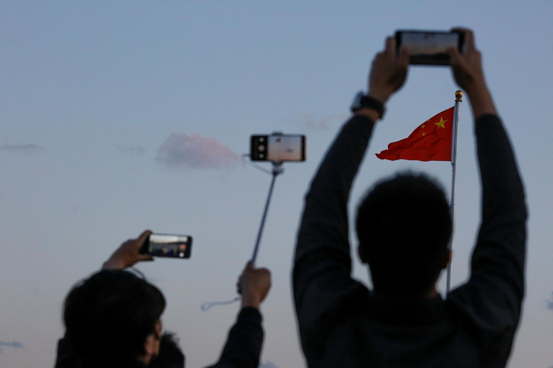 2019年5月19日天安門廣場上人們正在拍攝中國國旗