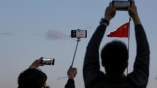 2019年5月19日天安门广场上人们正在拍摄中国国旗