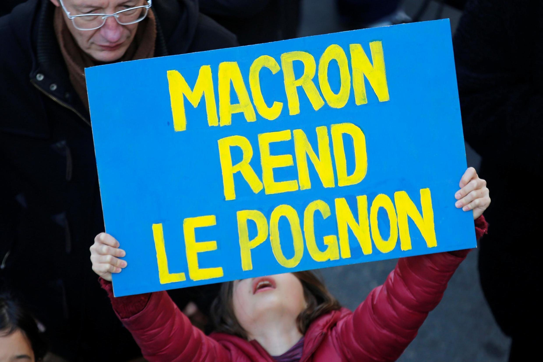 """Плакат """"Макрон, верни деньги"""""""