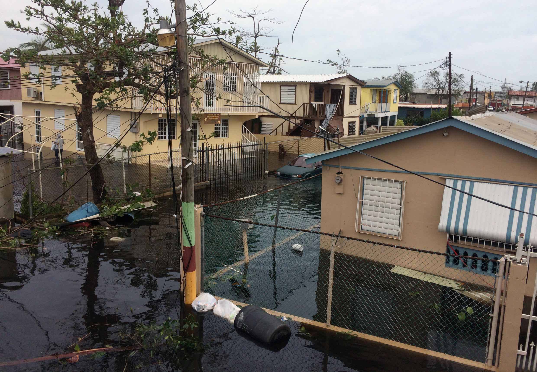 Uma rua inundada no bairro de Juana Matos, município de Catano, depois da passagem do furacão Maria em San Juan, Porto Rico, 21 de setembro de 2017.