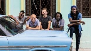 Integrantes del grupo franco cubano Qué Vola
