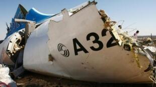 Un morceau de la carlingue de l'airbus de la compagnie russe, le 1er novembre 2015, après qu'il s'est écrasé dans le désert du Sinaï.