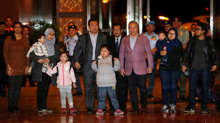 Le ministre malaisien des Affaires étrangères, Anifah Aman, aux côtés des neuf ressortissants relâchés par la Corée du Nord, à Kuala Lumpur, le 31 mars 2017.