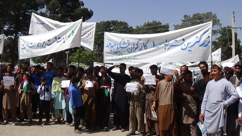 کارگران ولایت هرات، در تجلیل از روز جهانی همبستگی کارگران، در مرکز این شهر راهپیمایی کردند.