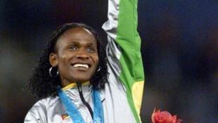 A atleta moçambicana Maria Mutola celebra a medalha de ouro nos 800 metros rasos para mulheres nas Olimpíafdas de Sidney Sidney