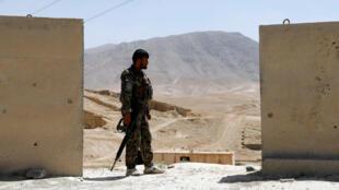 Checkpoint na estrada estratégica de Ghazni que liga Kabul a Kandahar: um soldado do exército monta guarda em 12 de agosto de 2018.