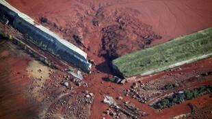 Vue aérienne du point de rupture de la digue du réservoir de l'usine de bauxite-aluminium de la société MAL, située à Ajka (160 km à l'ouest de Budapest).