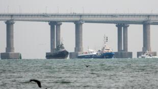 Navios navais ucranianos apreendidos são rebocados por navios da Guarda Costeira russa para fora do porto de Kerch, perto da ponte que liga o continente russo à Península da Crimeia, Crimeia, 17 de novembro de 2019.
